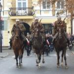 Kawalerzyście i konie w pełnej krasie